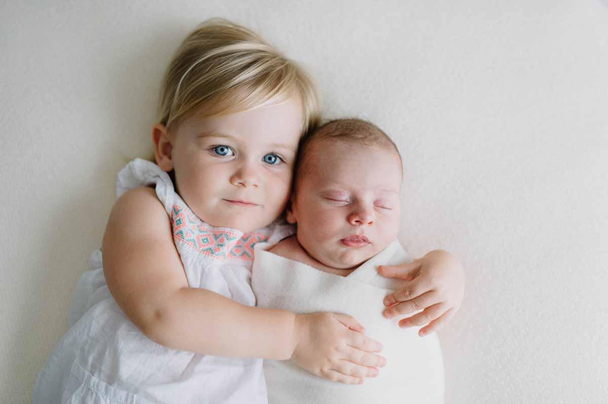 søster med newborn foto i Viborg